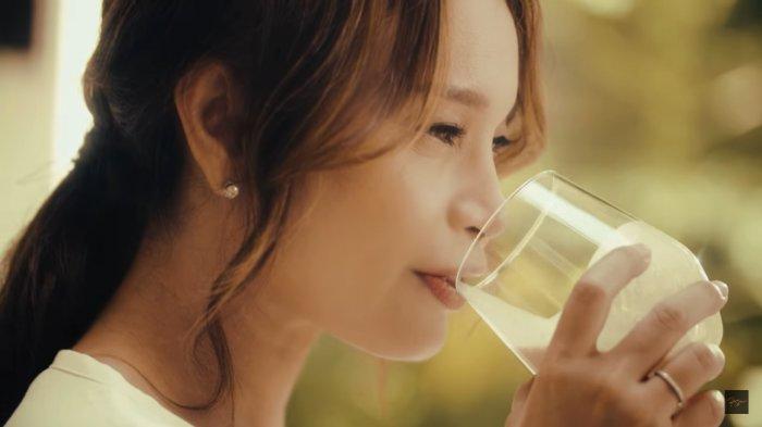 Dibalik Kisah Minum Santan di Videoklip Rossa Terbaru